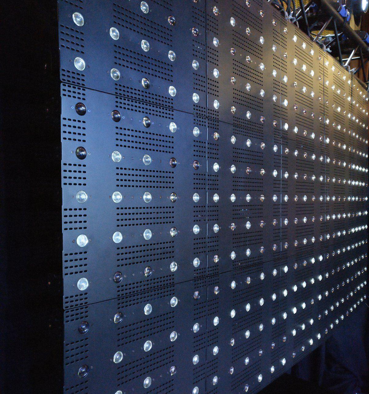Beam Blinder (5x5 matriisi) - Beam Blinder on kiilamainen blinder efekti. Yhdessä 45cm x 45cm elementissä on 25 kpl kylmän valkoista erikseen DMX-ohjattavaa lediä. Valokeila aukeaa 8° asteen kulmassa.